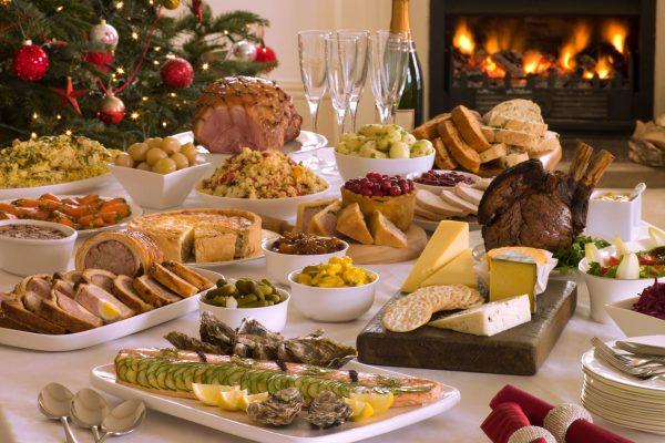 Gedeckter Weihnachtstisch mit vielen Speisen