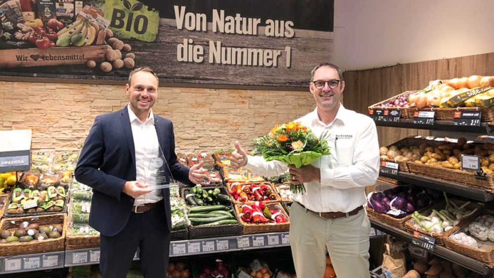 Übergabe Blumenstrauß Auszeichnung Johannes Ruf