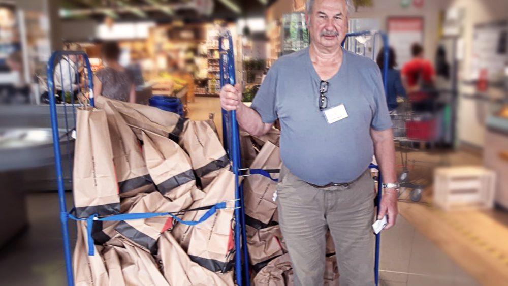 Ein Mitarbeiter der Tafel holt die gespendeten Tüten ab